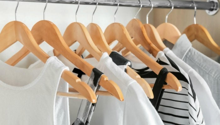 A postpartum clothes capsule wardrobe contains pieces that make a new mother feel and look great, but are simple and versatile at the same time. #postpartum #postpartumfashion #postpartumclothes